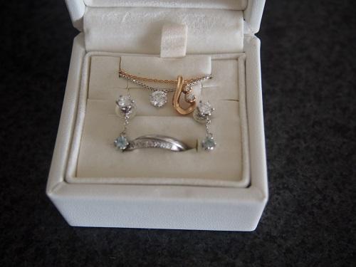プチのダイヤのピアスとネックレス。 ピンクゴールドのこぶりなネックレス。 結婚指輪。