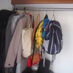 家族全員のバッグは、100均のS字フックを使いスッキリと収納しています。